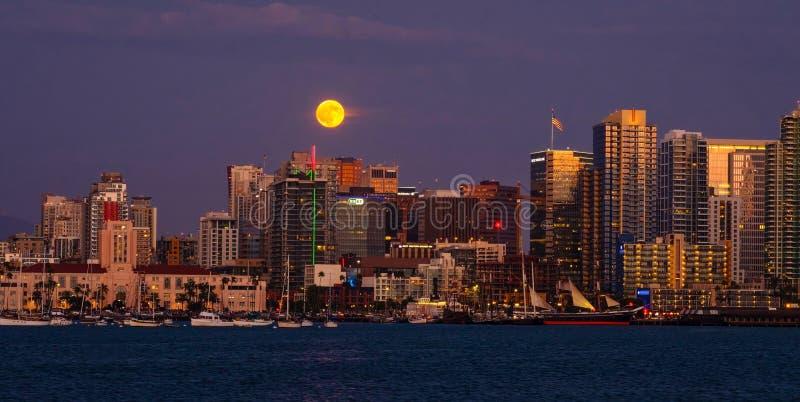 San Diego Skyline Full Moon, California foto de archivo libre de regalías