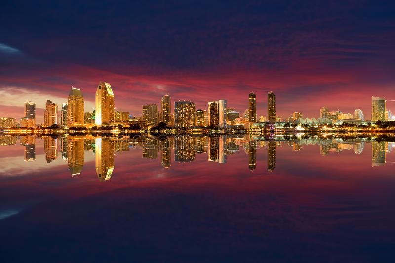 San Diego Skyline-Nacht stockbilder