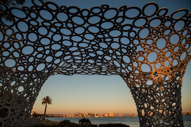 San Diego Skyline par la sculpture en axe d'île images stock