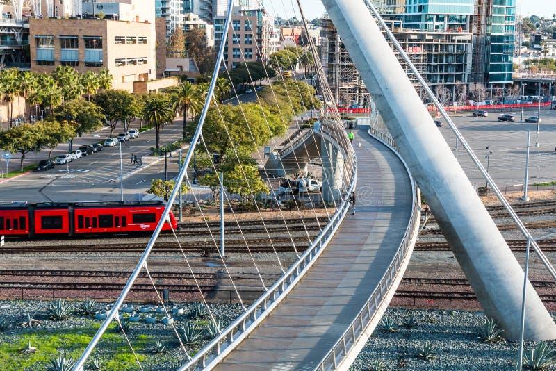 San Diego Trolley bij de Voetbrug van de Havenaandrijving royalty-vrije stock foto