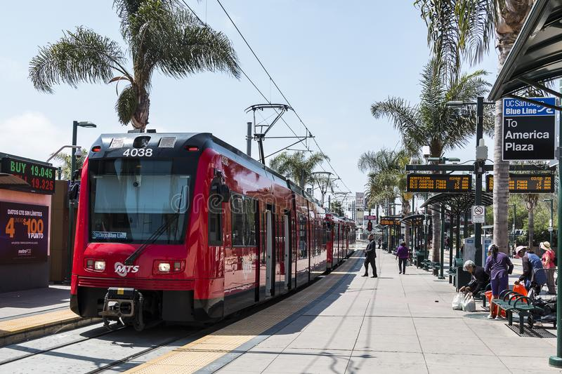 San Diego Trolley på den internationella gränsen med Mexico royaltyfri bild