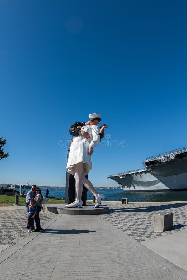 SAN DIEGO, U.S.A. - 14 novembre 2015 - la gente che prende un selfie al marinaio ed all'infermiere mentre baciando statua San Die immagini stock