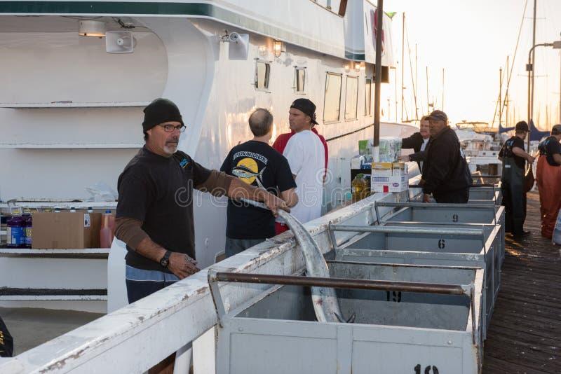 SAN DIEGO, usa łódź rybacka rozładunkowy tuńczyk przy wschodem słońca - LISTOPAD 17, 2015 - obrazy royalty free