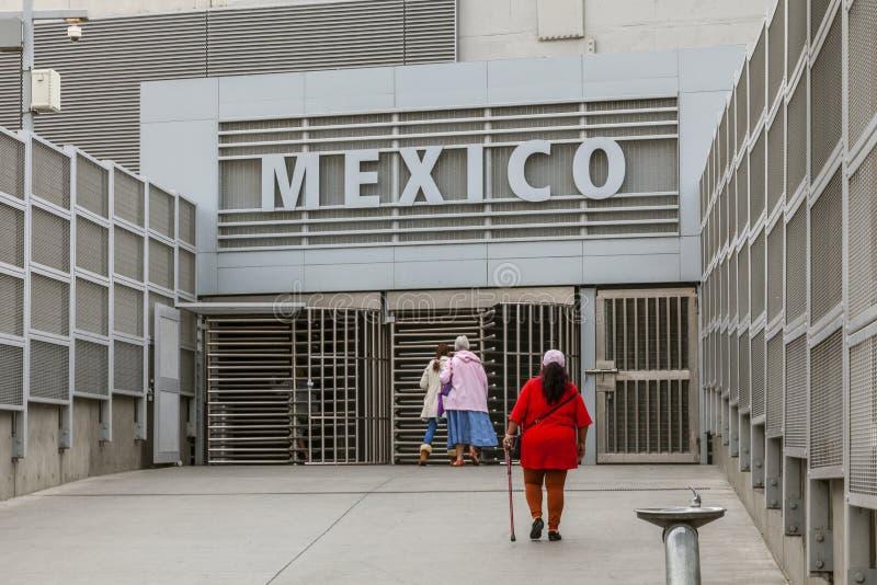 San Diego USA, 05/04/2016 USA-gränsen med Mexico, ingången till passkontrollen från den amerikanska sidan royaltyfri fotografi