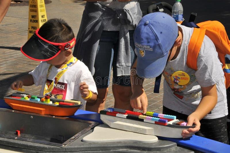 SAN DIEGO, USA - 23 september 2019: Barn som leker på Legoland-resort California arkivbild