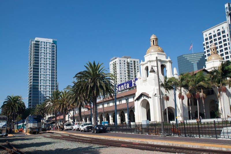 SAN DIEGO, USA - SIERPIEŃ 30: pociąg przyjeżdża przy Zjednoczeniem fotografia royalty free