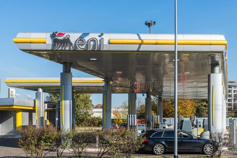 San Donato Milanese, Italien - Oktober 15th, 2017: En bensinstation för detaljhandel ENI-AGIP i San Donato Milanese arkivbilder