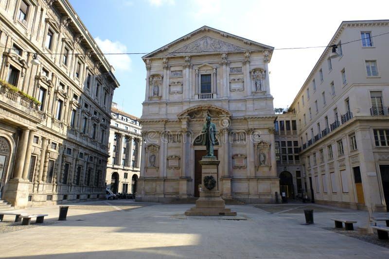 San Fedele Church con Alessandro Manzoni Statue fotografie stock