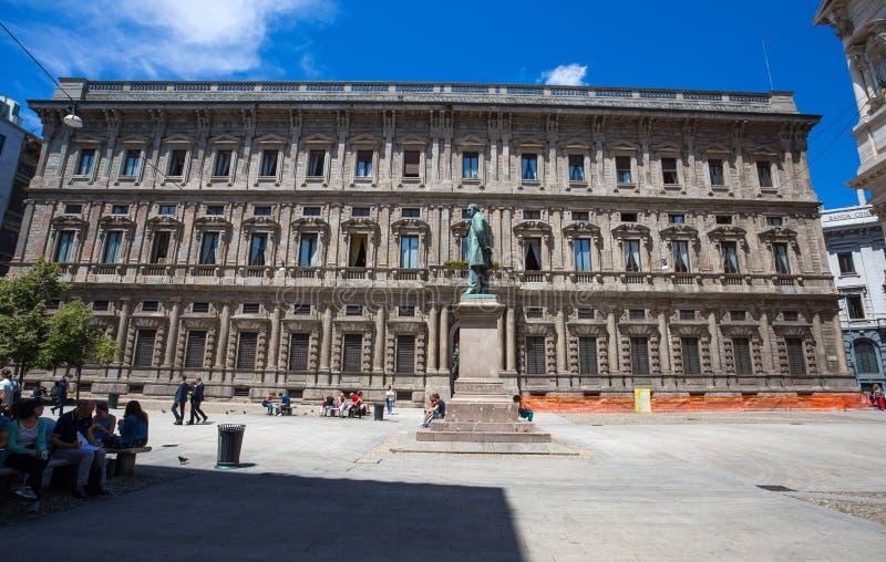 San Fedele Square com Alessandro Manzoni Statue, Mila, Itália imagem de stock royalty free