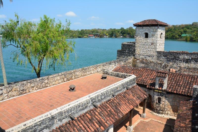 San Felipe Castle sulle rive di Rio Dulce Guatemala immagini stock