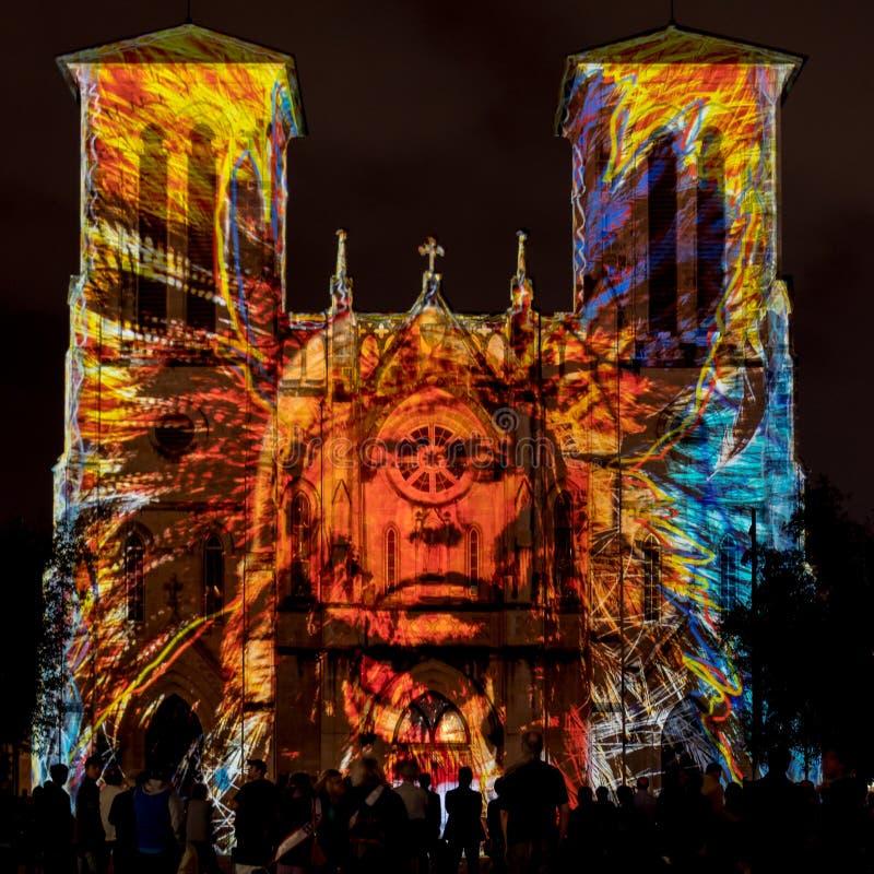 San Fernando Cathedral con lo spettacolo di luci del nativo americano immagini stock libere da diritti