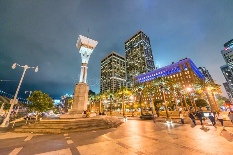 SAN FRANCISCO - 3 AOÛT 2017 : Touristes en Justin Herman Plaza image libre de droits