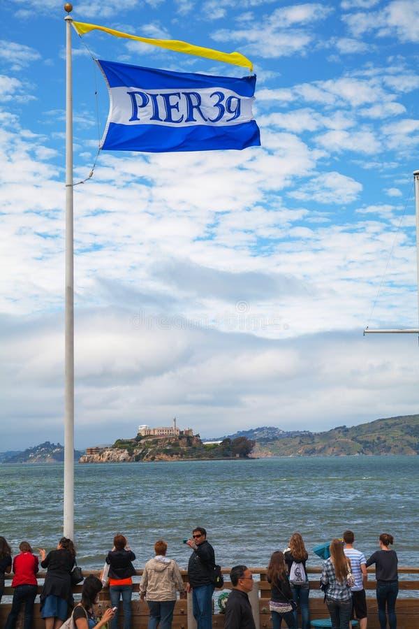Berühmter Pier 39 mit Ansicht zu Alcatraz Insel stockfoto