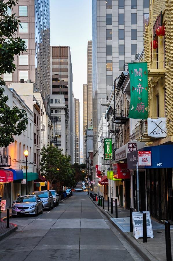 SAN FRANCISCO - APRIL 23, 2013 - gatasikt av kineskvarteret i San arkivfoton