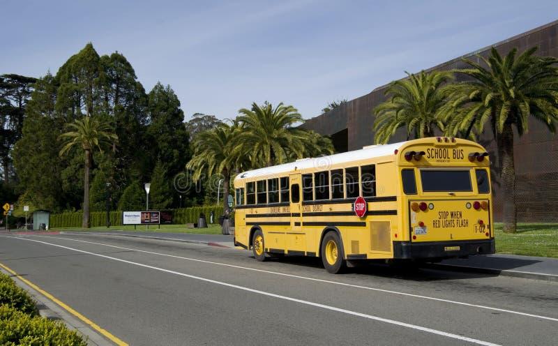 SAN FRANCISCO - 20 APRIL, 2017: Gele schoolbus van Oever Verenigd Schooldistrict, Californië, 2017 stock afbeeldingen
