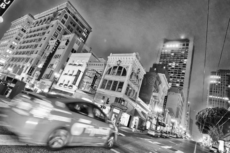 SAN FRANCISCO - 3. AUGUST 2017: Stadtstraßen und -verkehr nachts lizenzfreie stockfotos