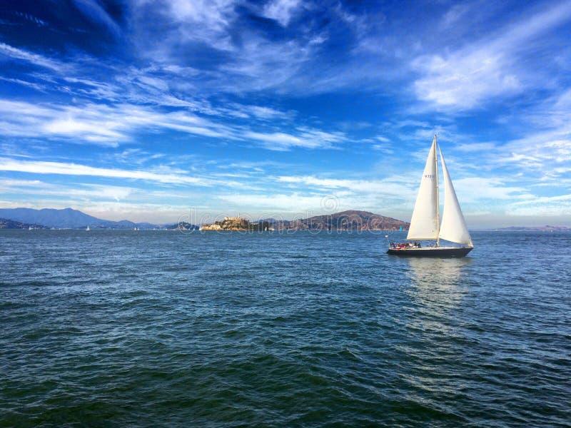 San Francisco Bay avec Alcatraz et un voilier image libre de droits
