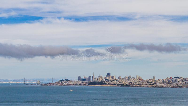 San Francisco Bay avec l'horizon de la ville image stock