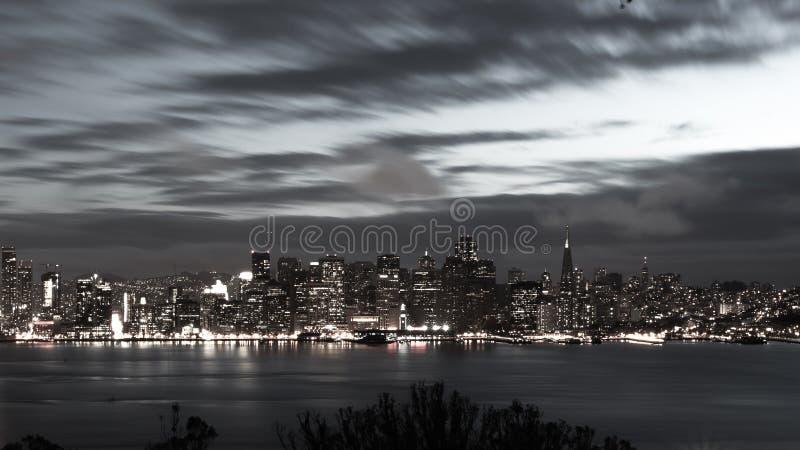 San Francisco Bay Bridge e orizzonte alla notte in bianco e nero immagini stock libere da diritti