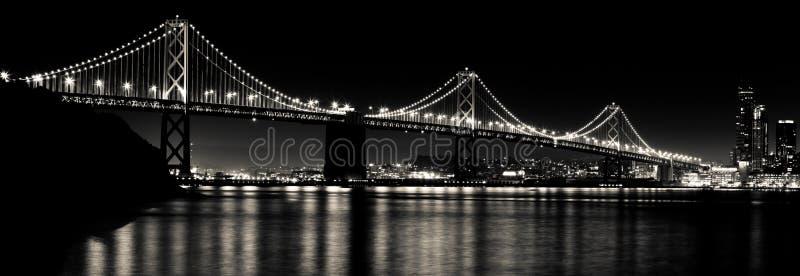 San Francisco Bay Bridge la nuit noir et blanc photos stock
