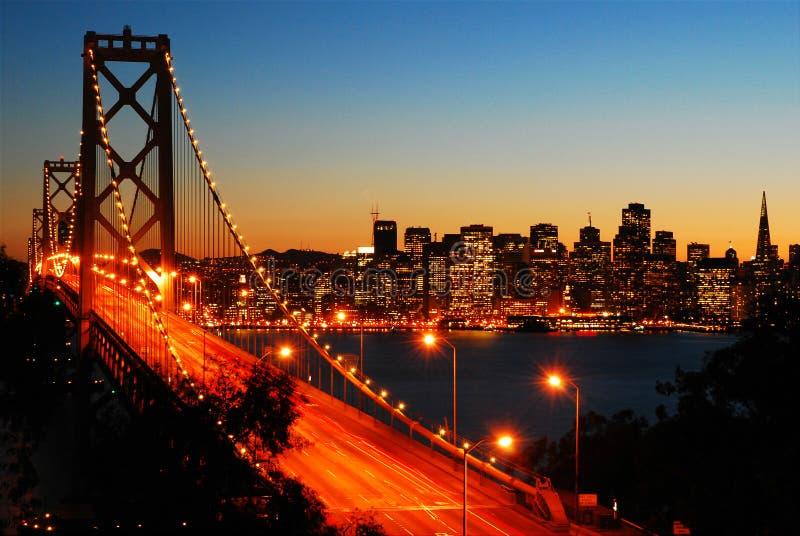 San Francisco Bay Bridge på skymning fotografering för bildbyråer