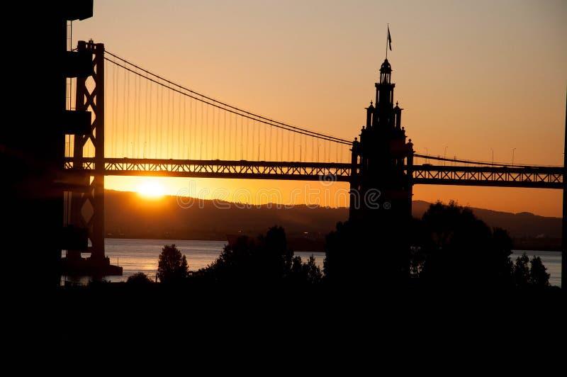 San Francisco Bay Bridge, tour d'horloge, hausse de Sun photo stock