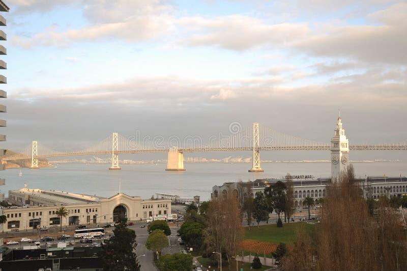 San Francisco Bay Bridge, tour d'horloge, promenade d'Embarcadero, bâtiment de ferry image stock