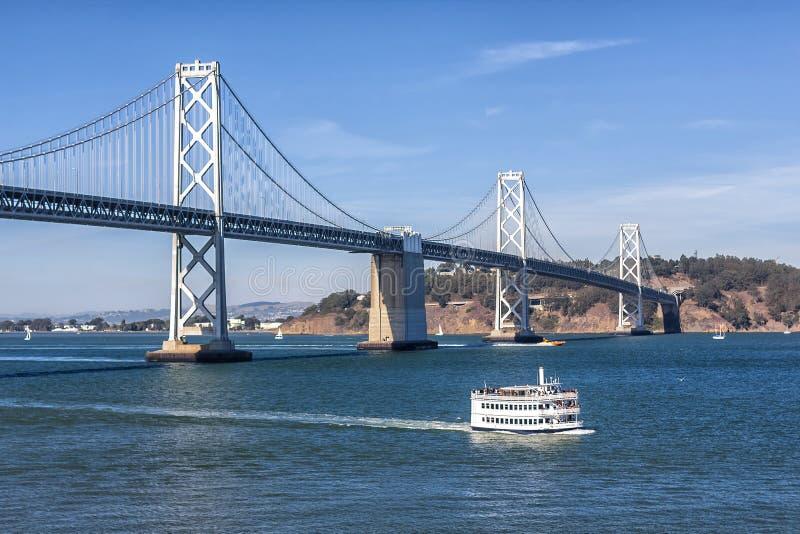 San Francisco Bay Bridge und Fähre lizenzfreies stockfoto