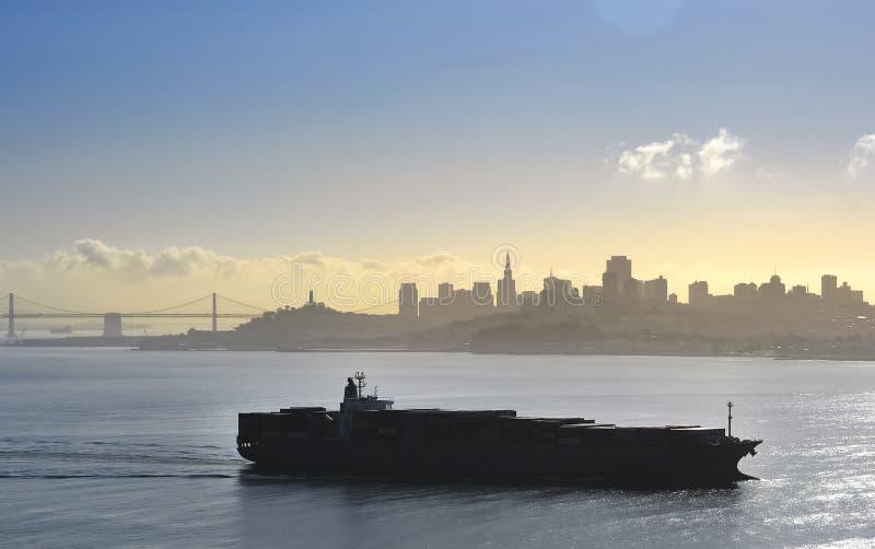 San Francisco Bay City Skyline e silhueta do barco foto de stock royalty free