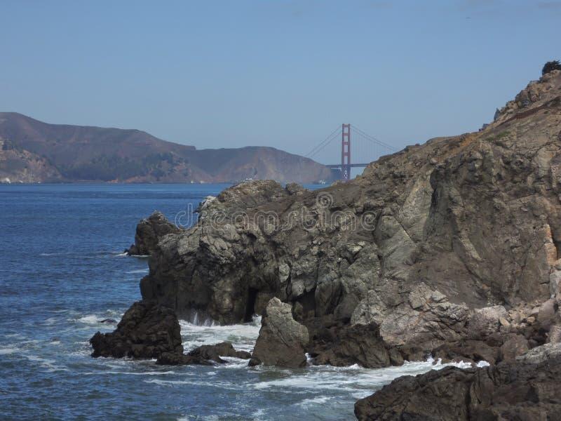 San Francisco Bay mit Golden Gate im Hintergrund und Felsen in der Front lizenzfreie stockfotografie