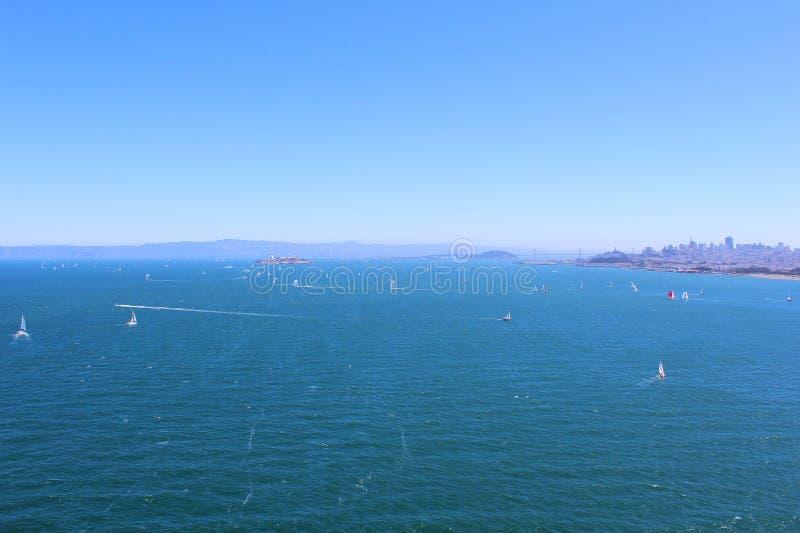 San Francisco Bay op een Heldere de Zomerdag stock afbeeldingen