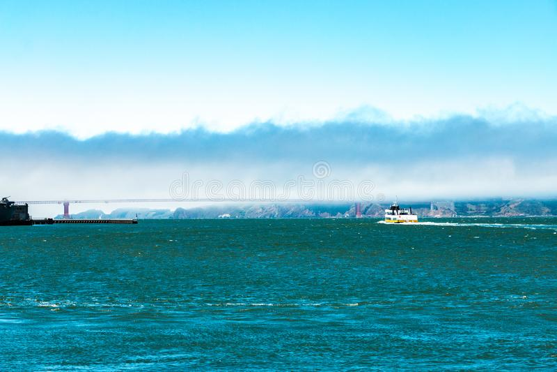 San Francisco Bay under tung dimma royaltyfri bild
