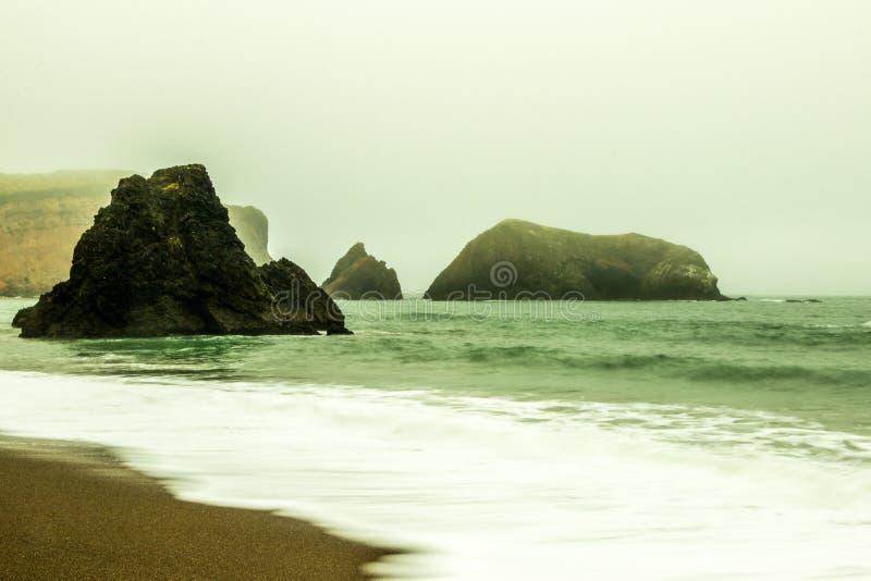 San Francisco Bay unter dichtem Nebel lizenzfreie stockbilder