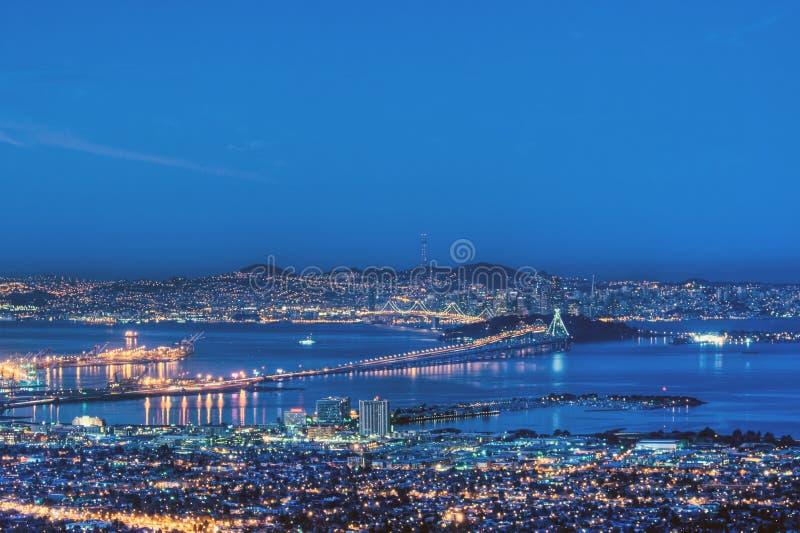 San Francisco Bay in Vor-Dämmerung Blau lizenzfreies stockbild