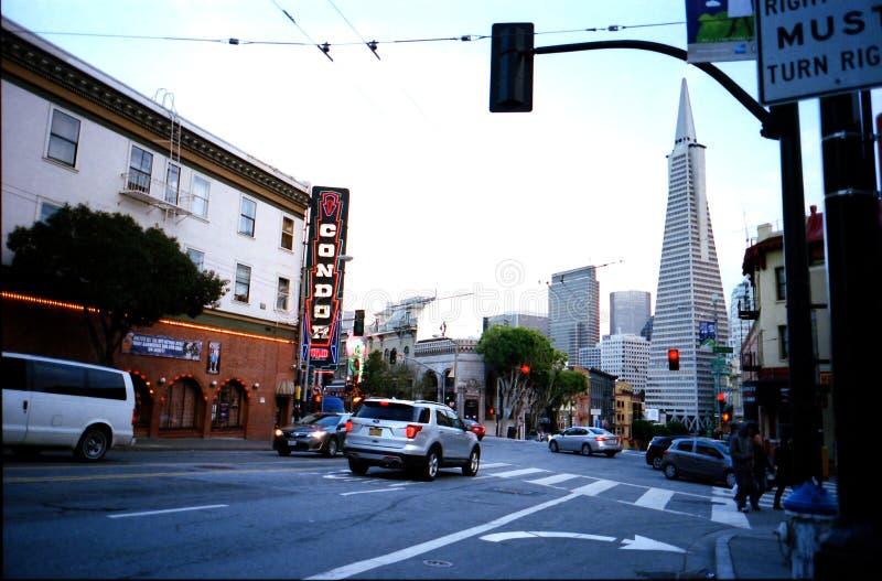 San Francisco Broadway i Kolumb aleja obrazy stock