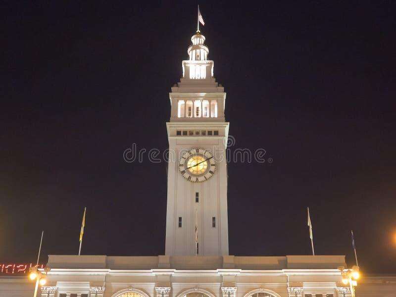 SAN FRANCISCO, CA, ΗΝΩΜΈΝΕΣ ΠΟΛΙΤΕΊΕΣ ΤΗΣ ΑΜΕΡΙΚΉΣ - ΟΚΤΏΒΡΙΟΣ, 25 ΟΚΤΩΒΡΊΟΥ 2017: νύχτα κοντά στο κτίριο με το φέρι στο σαν φραν στοκ φωτογραφία