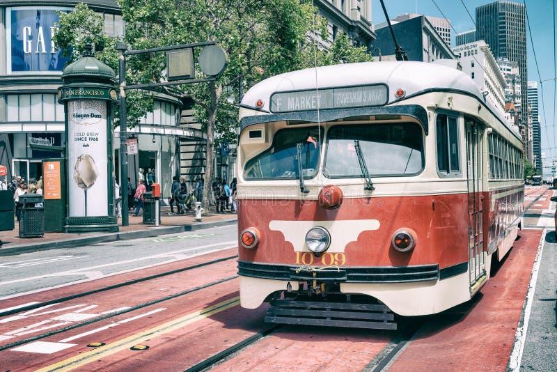 SAN FRANCISCO, CA - 6 DE AGOSTO DE 2017: Coche famoso de la F-calle r fotografía de archivo