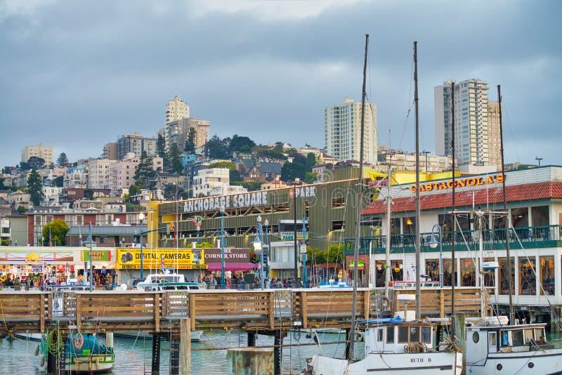 SAN FRANCISCO, CA - 6 DE AGOSTO DE 2017: Hermosa vista de los edificios de la ciudad del muelle del pescador La ciudad atrae a 20 imagenes de archivo