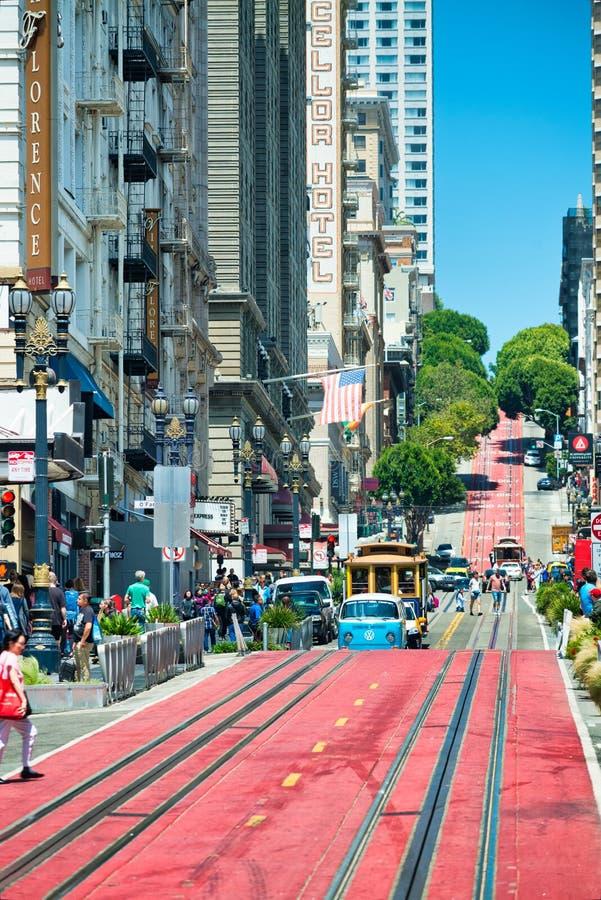 SAN FRANCISCO, CA - 6 DE AGOSTO DE 2017: La gente camina a lo largo de Market Street, la calle famosa de las compras La ciudad at foto de archivo libre de regalías