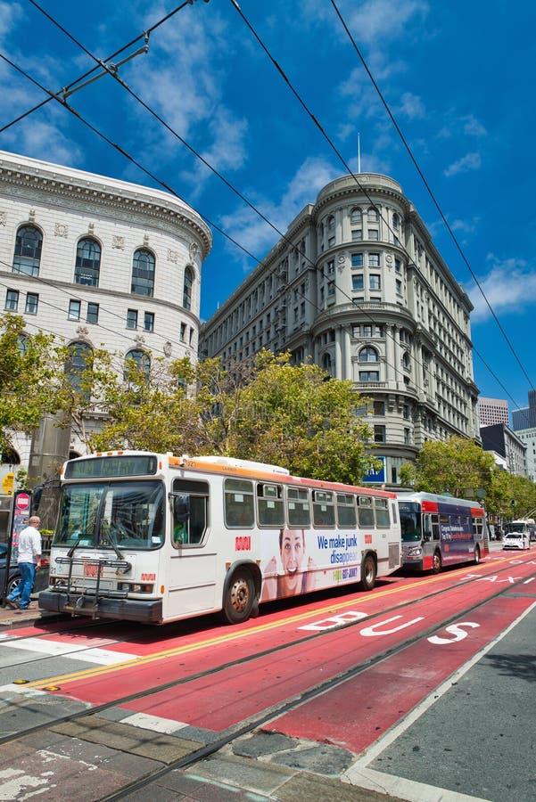 SAN FRANCISCO, CA - 6 DE AGOSTO DE 2017: La gente camina a lo largo de Market Street, la calle famosa de las compras La ciudad at fotos de archivo