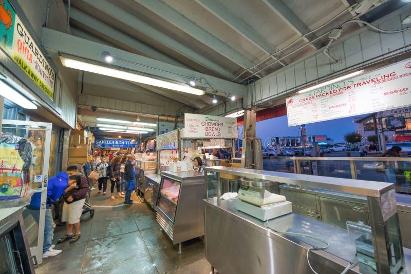 SAN FRANCISCO, CA - 6 DE AGOSTO DE 2017: La gente disfruta del mercado de pescados en el muelle del pescador La ciudad atrae a 20 imagenes de archivo