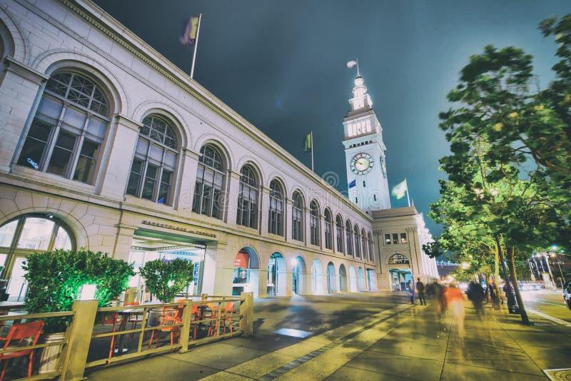SAN FRANCISCO, CA - 6 DE AGOSTO DE 2017: Noche de la vista de edificios alrededor del área de Embarcadero La ciudad atrae a 20 mi imagen de archivo libre de regalías