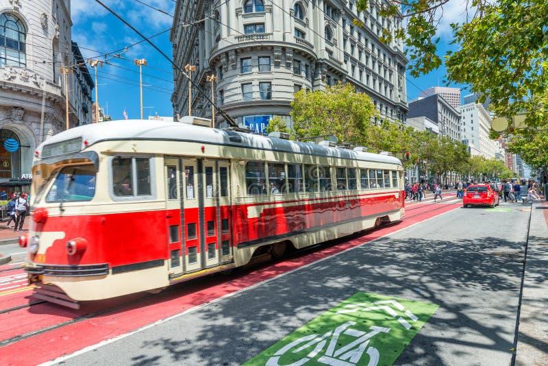 SAN FRANCISCO, CA - 6 DE AGOSTO DE 2017: Tranvía roja a lo largo de las calles de la ciudad fotografía de archivo