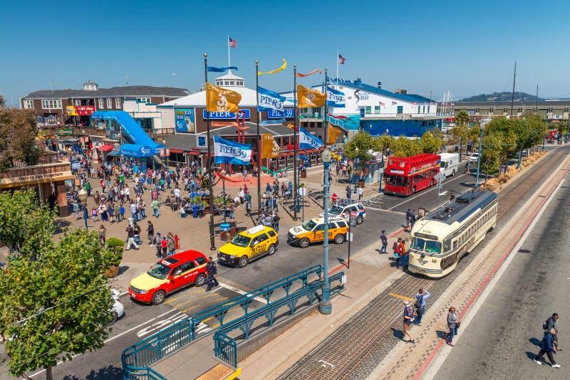 SAN FRANCISCO, CA - 5 DE AGOSTO DE 2017: Turistas en el embarcadero 39 San Fra imagen de archivo