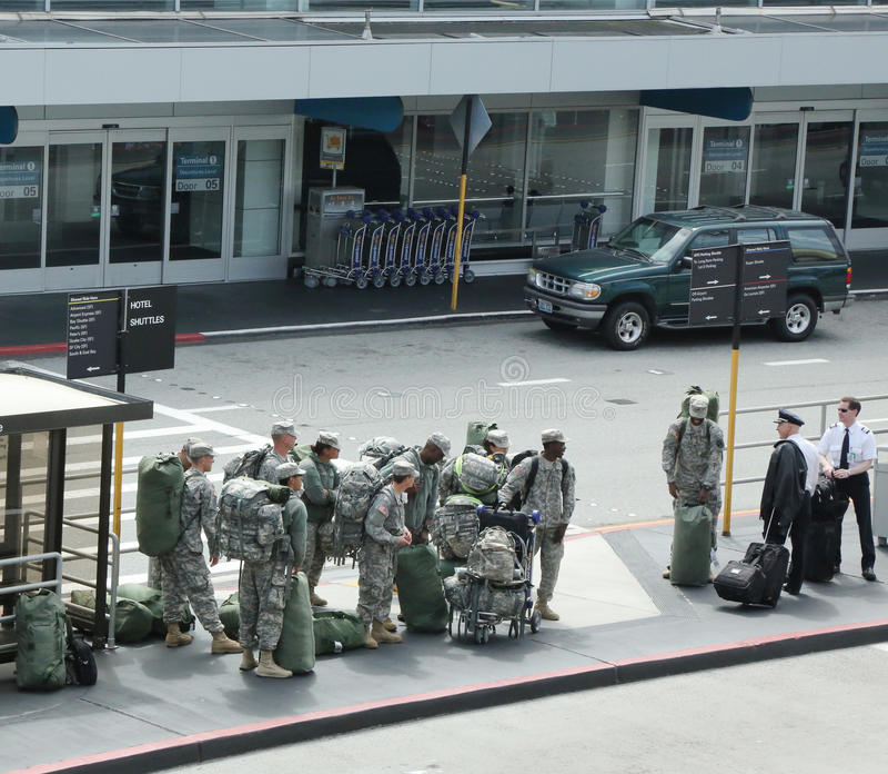 Soldados americanos que vuelven a casa de deber en el aeropuerto de San Fransisco imagenes de archivo