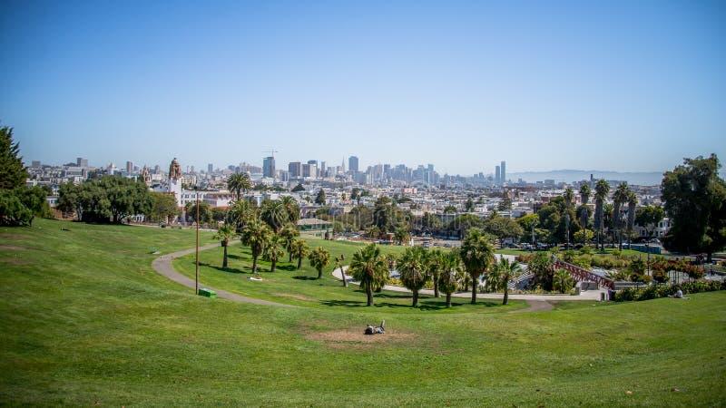 San Francisco, CA, EUA - 25 de julho de 2014: Panorama de Dolores Park, com San Francisco do centro no fundo fotografia de stock royalty free