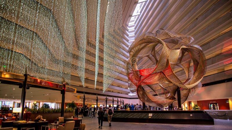SAN FRANCISCO, CA - 2. September 2014: Die Skulptur Eklipse in der Lobby von Hyatt Regency-Hotel Eklipse ist ein anodisiertes alu stockfotos