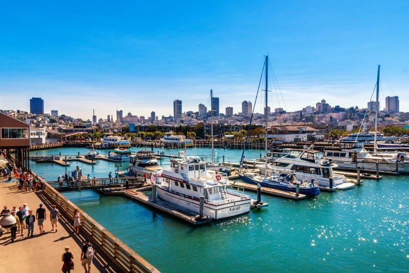 SAN FRANCISCO, CA - 20. SEPTEMBER 2015: Yachten koppelten dem Jachthafen an des Pier-39 in San Francisco mit Stadtskylinen im Hin stockbild