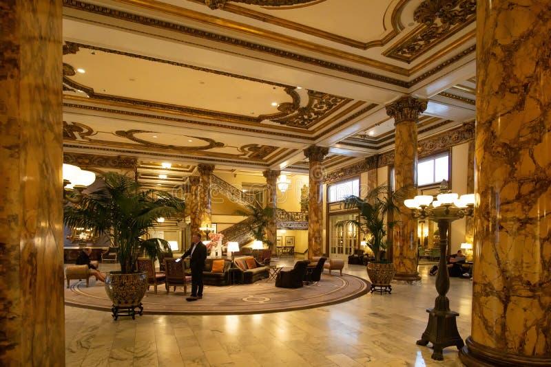 San Francisco, CA / Stany Zjednoczone - 25 sierpnia 2019: Pozew wewnętrzny holu historycznego hotelu Fairmont San Francisco fotografia royalty free