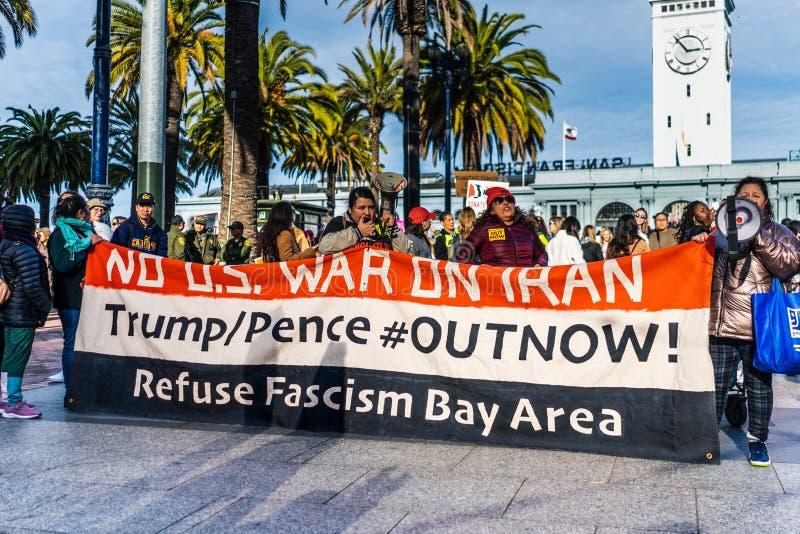 18.01.2020 San Francisco / CA / USA - Anti-Kriegs-Demonstranten, die am Women`s March teilnehmen, mit einem Schild mit den Botsch lizenzfreie stockfotos